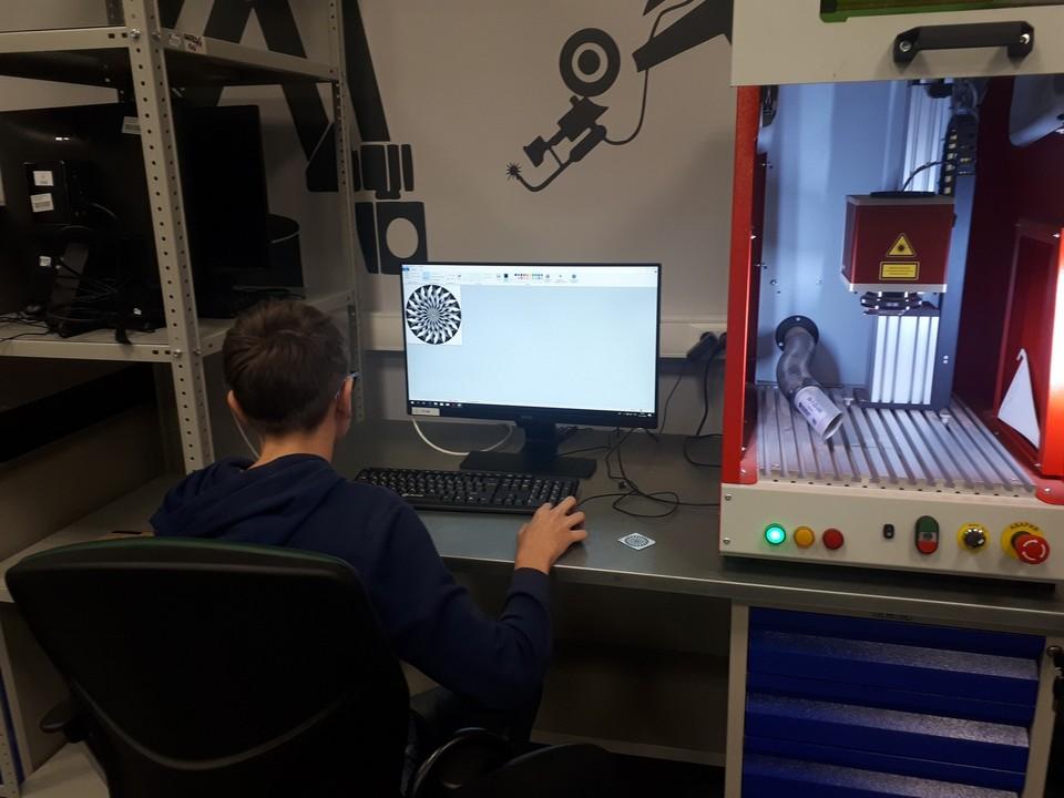 Выполнение тренировочного задания на лазерном станке МиниМаркер-2 в рамках подготовки к WorldSkills Russia